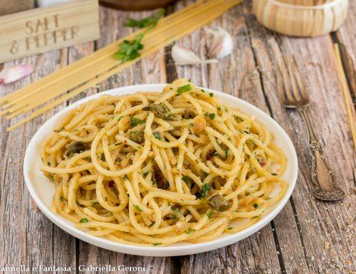 Spaghetti con acciughe e capperi con pangrattato tostato