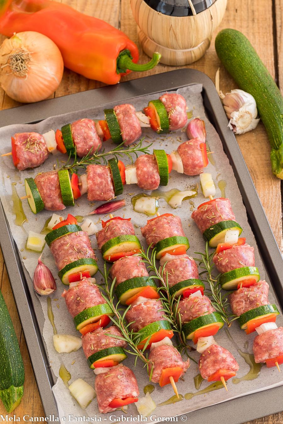 spiedini di salsiccia con verdure