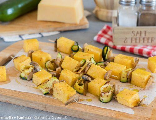 Spiedini di polenta vegetariani con funghi e zucchine