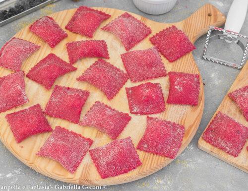 Ravioli rossi alla barbabietola fatti in casa ripieni di ricotta
