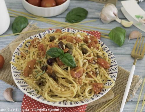 Spaghetti alla mediterranea con olive taggiasche e mollica tostata