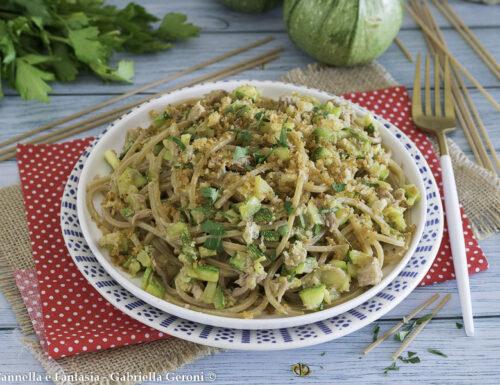 Spaghetti integrali con tonno zucchine e mollica di pane tostata