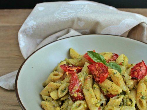 Pasta con pomodorini confit e pesto di basilico e pistacchi