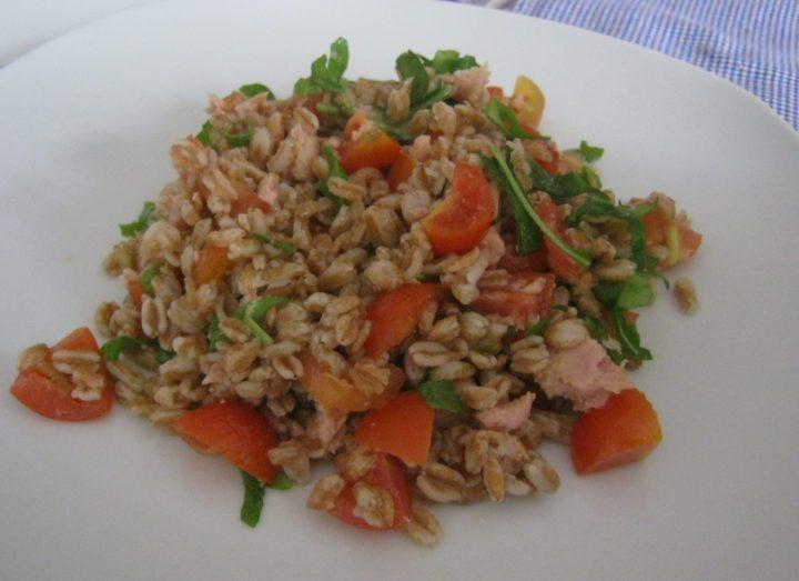 insalata di farro con pomodorini rucola e tonno