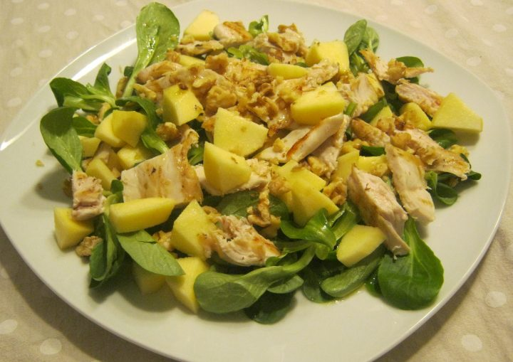 insalata di pollo con mele e noci