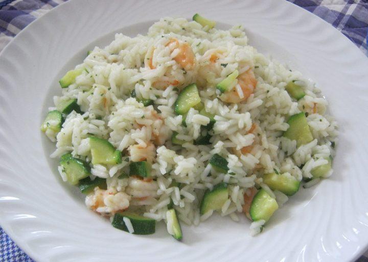 insalata di riso con gamberi e zucchine