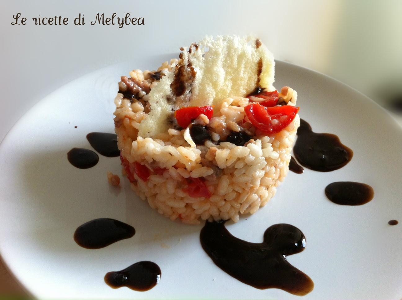 Insalata di riso con salsiccia e pomodorini