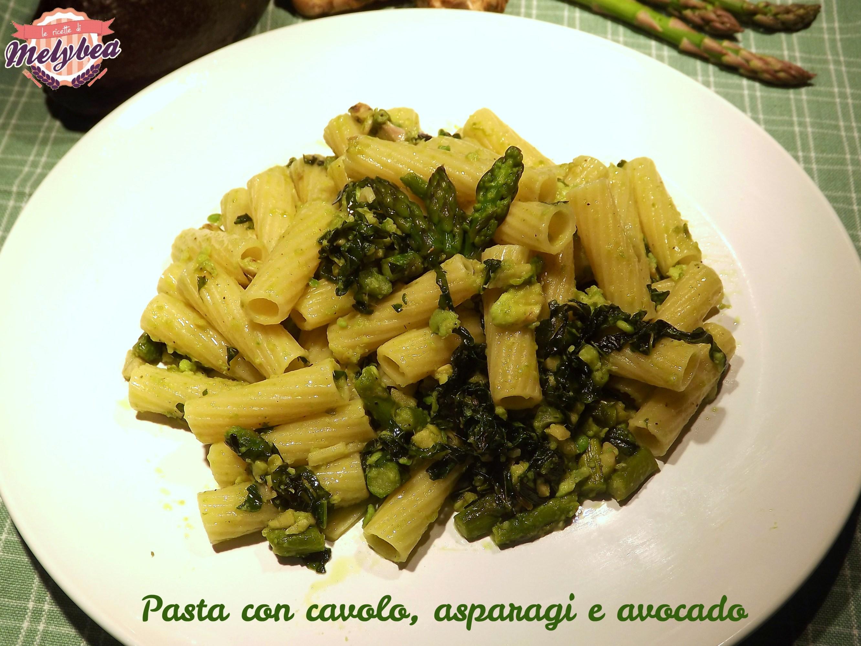 pasta con cavolo, asparagi e avocado