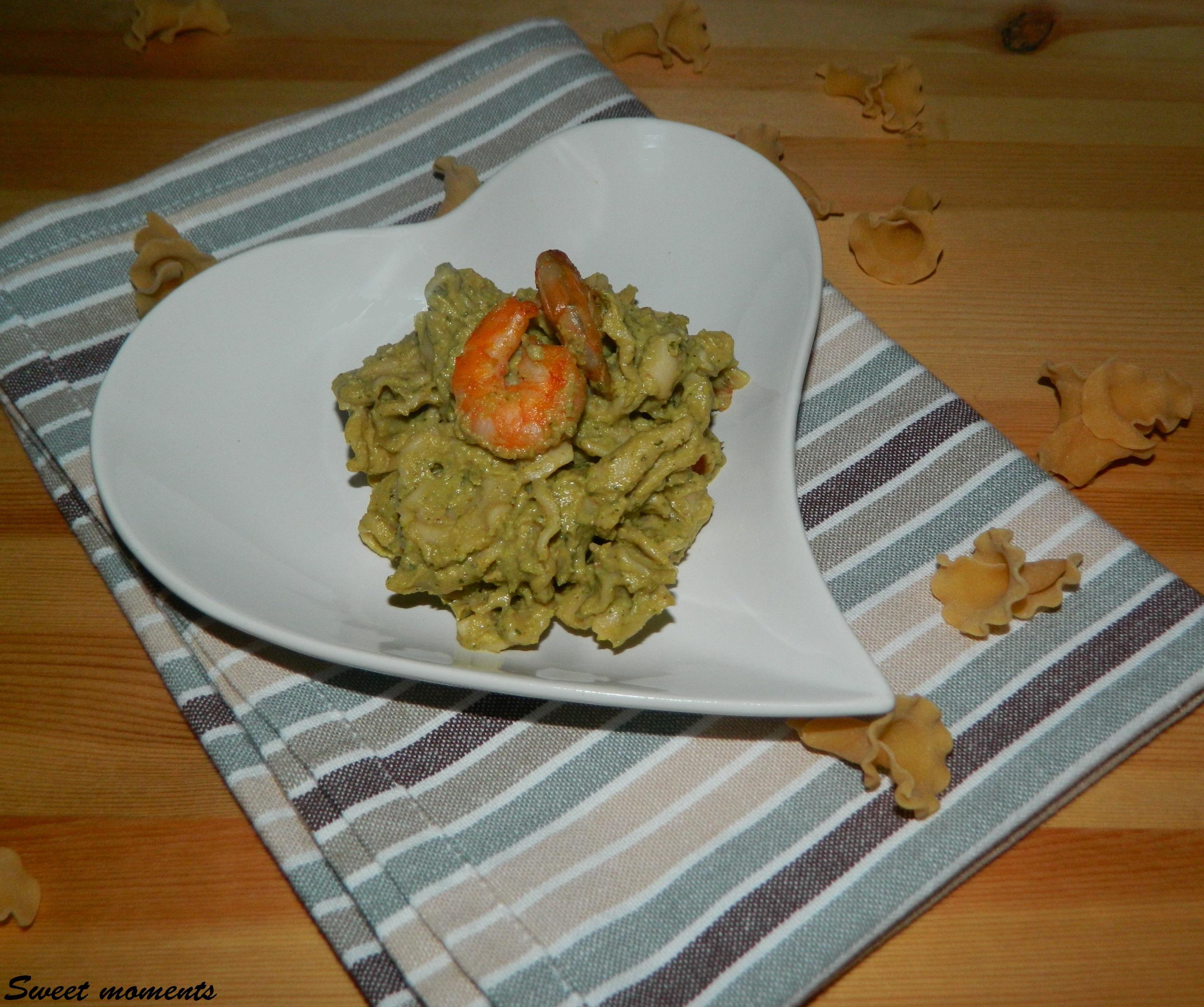 Pasta al pesto di zucchine e gamberetti