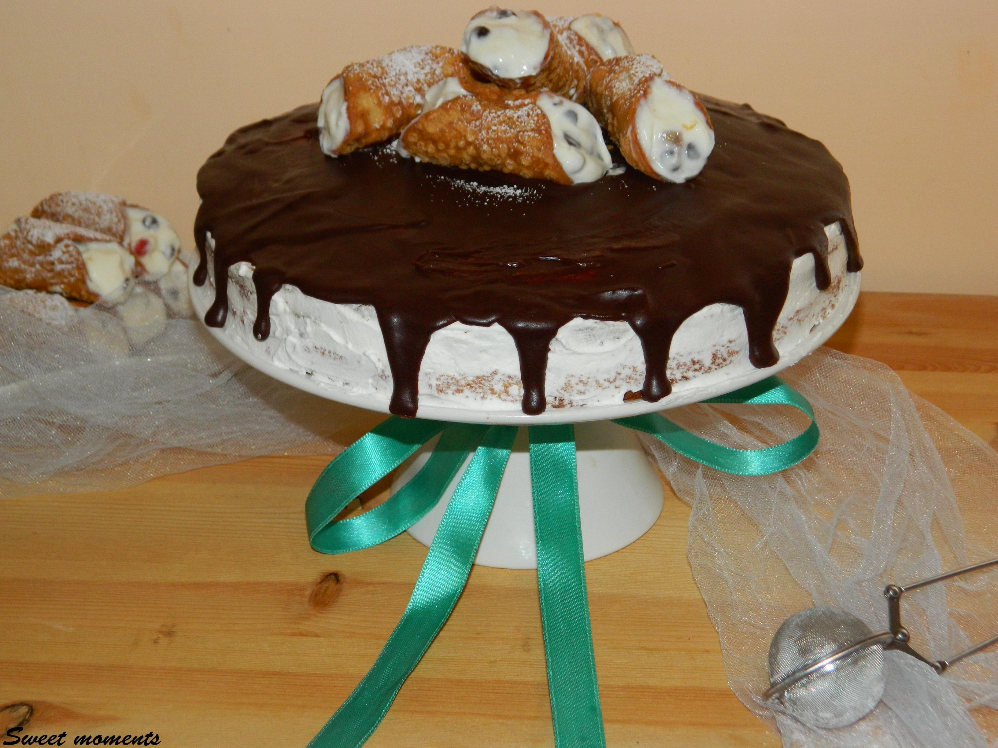 Torta con cannoli siciliani e ganache al cioccolato