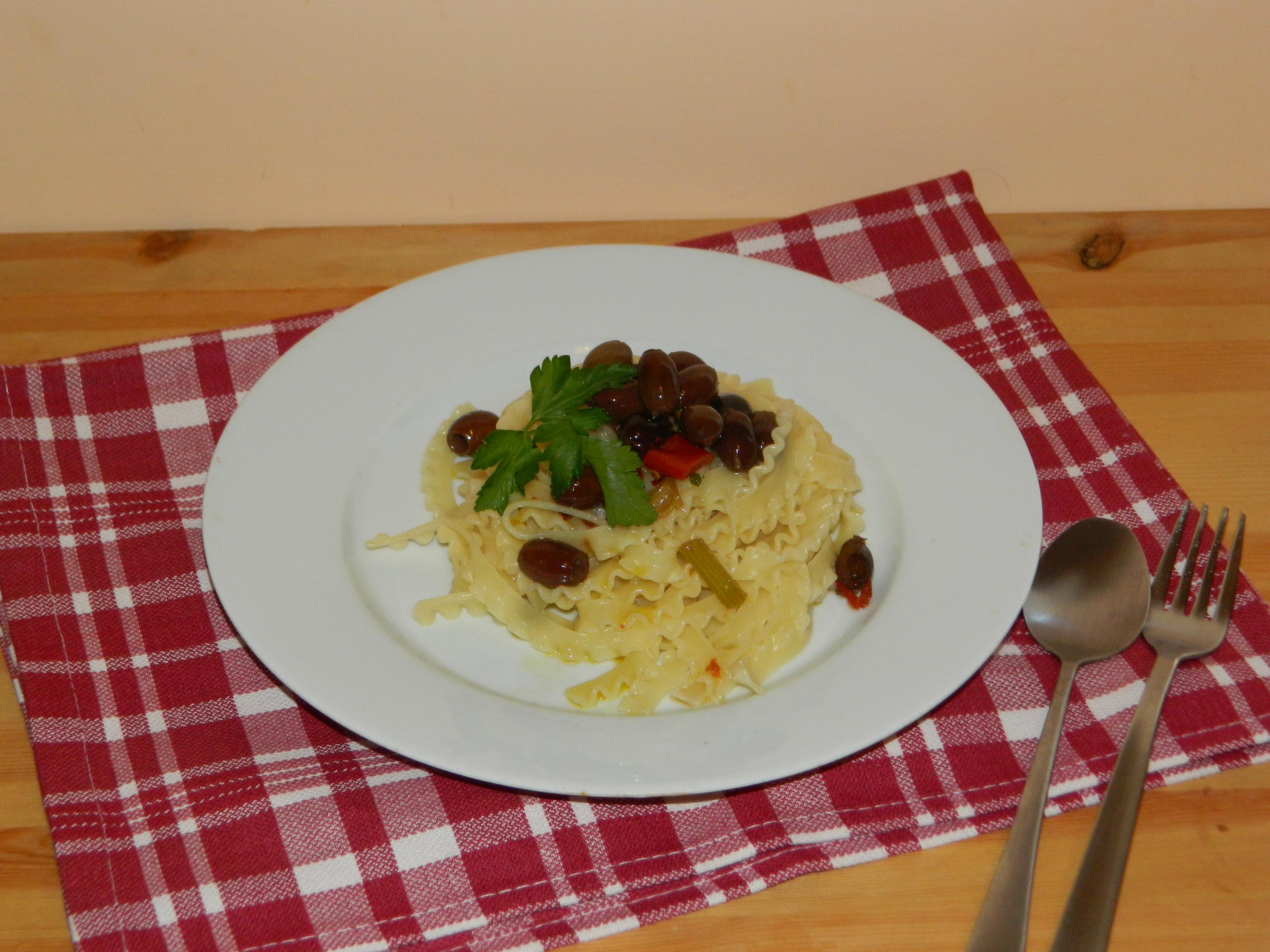 Tripoline con aglio,olio,peperoncino e olive nere