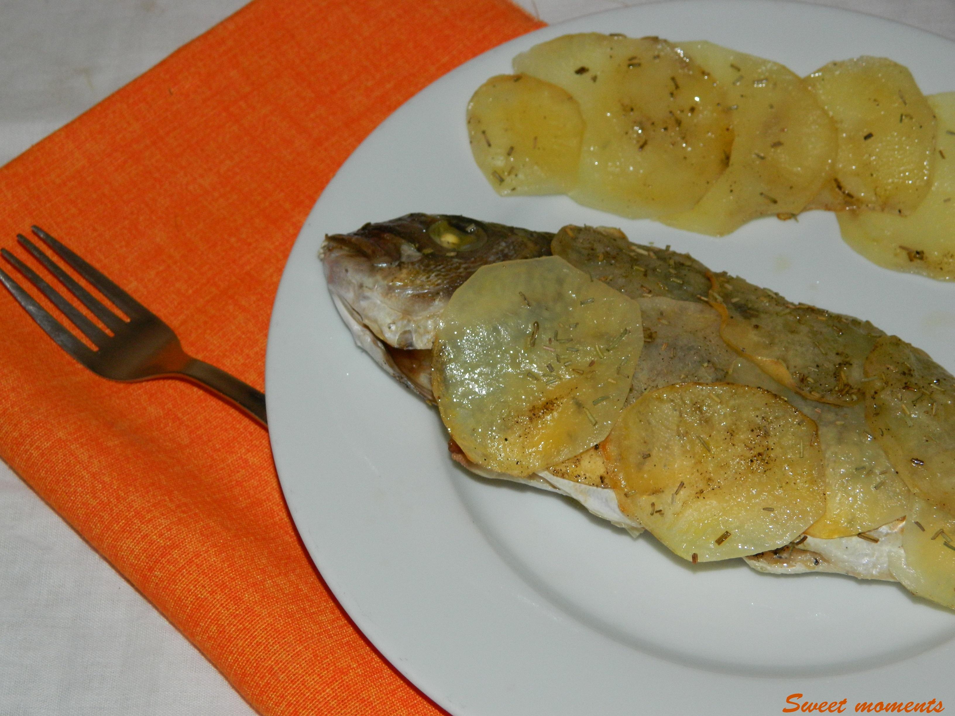 Orata con patate e rosmarino al forno
