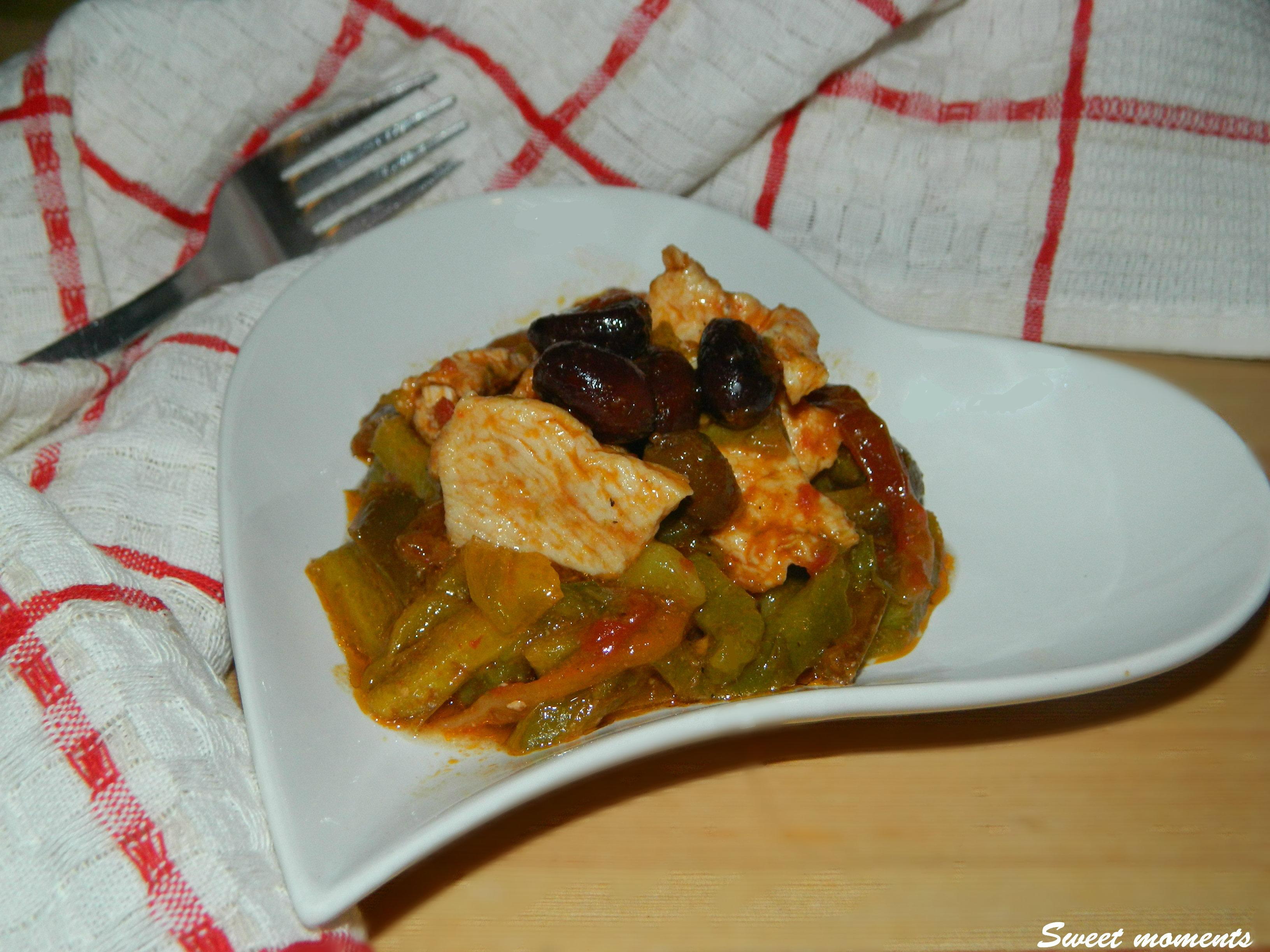 Petto di pollo con peperoni e olive