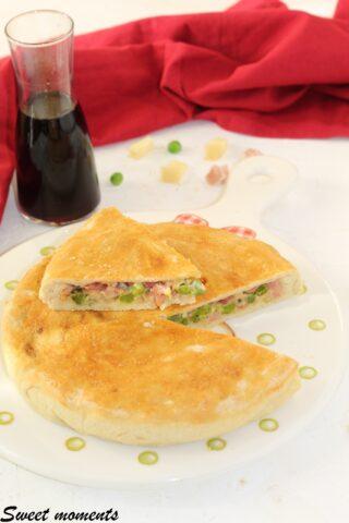 Pizza rustica con piselli e salumi