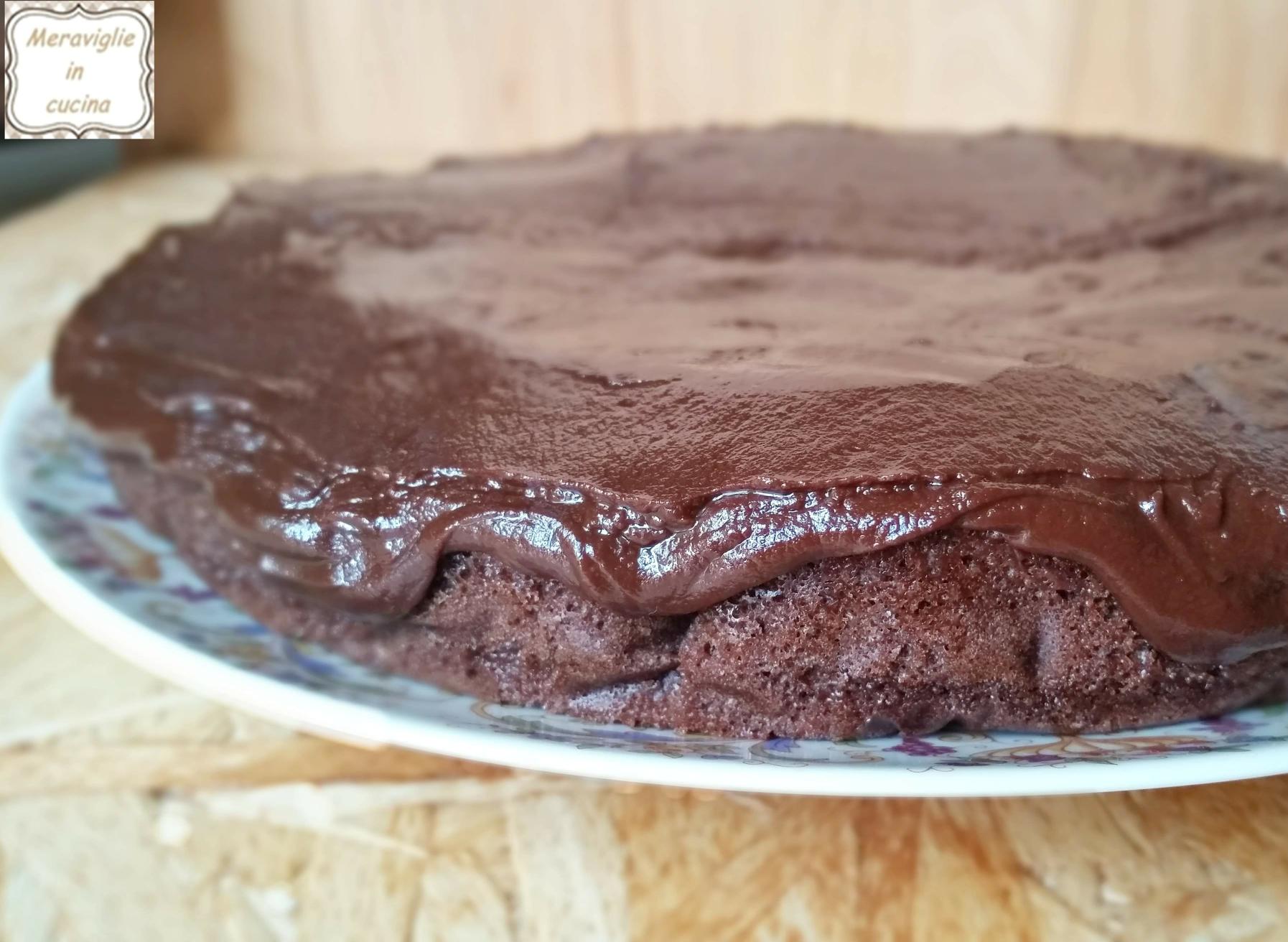 Torta all'acqua al cacao con glassa al cioccolato