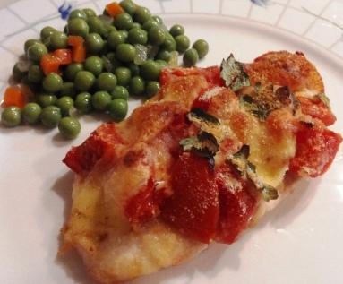 Petto di pollo al forno con pomodorini e formaggio fuso