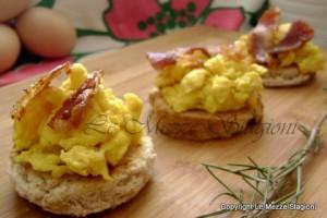 Bruschette con uova strapazzate e pancetta, ricetta antipasto