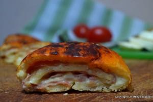 Rotolo di pizza con prosciutto e provola
