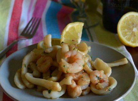 Calamari in padella con gamberetti e limone