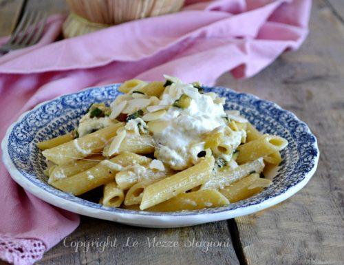 Pasta zucchine e stracciatella con mandorle croccanti