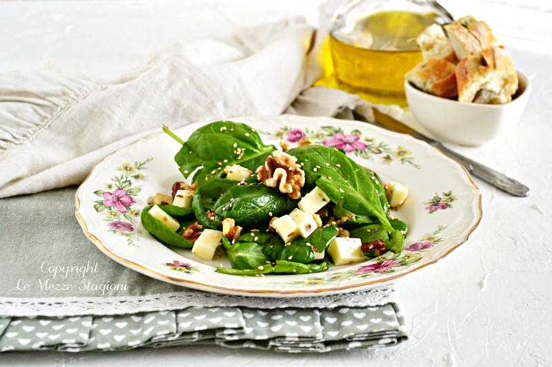 insalata di spinaci freschi con noci e formaggio