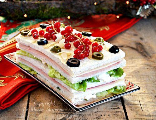 Torta di tramezzini o sandwich cake con salumi