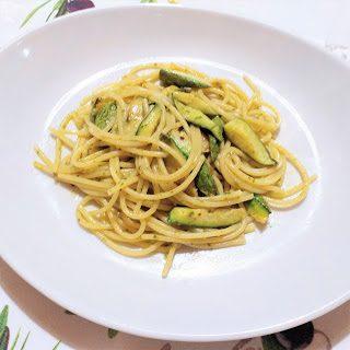 Spaghetti al pesto e zucchine