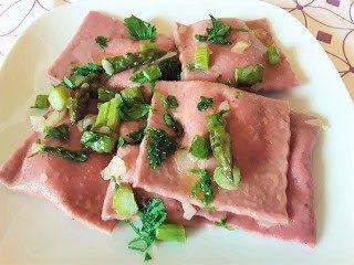 Ravioli rosa con sugo di asparagi