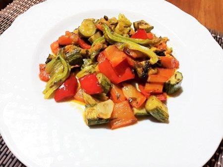 Peperoni, zucchine e fiori di zucca in padella
