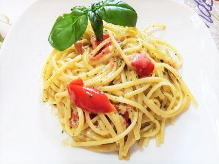 Linguine con crema di robiola, basilico e pomodorini