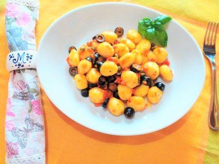 Gnocchi con crema di peperoni e olive