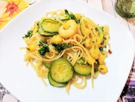 Pasta con zucchine, gamberetti e zafferano