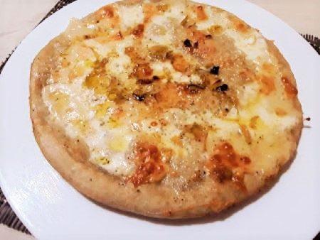 Pizza con porri e formaggi