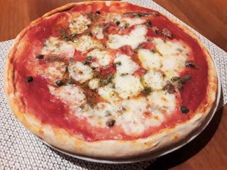 Pizza con lievito istantaneo con capperi e acciughe