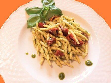 Trofie al pesto di basilico e pomodori secchi