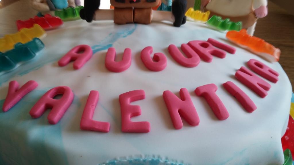 Torta di compleanno con i personaggi dei cartoni animati in pasta