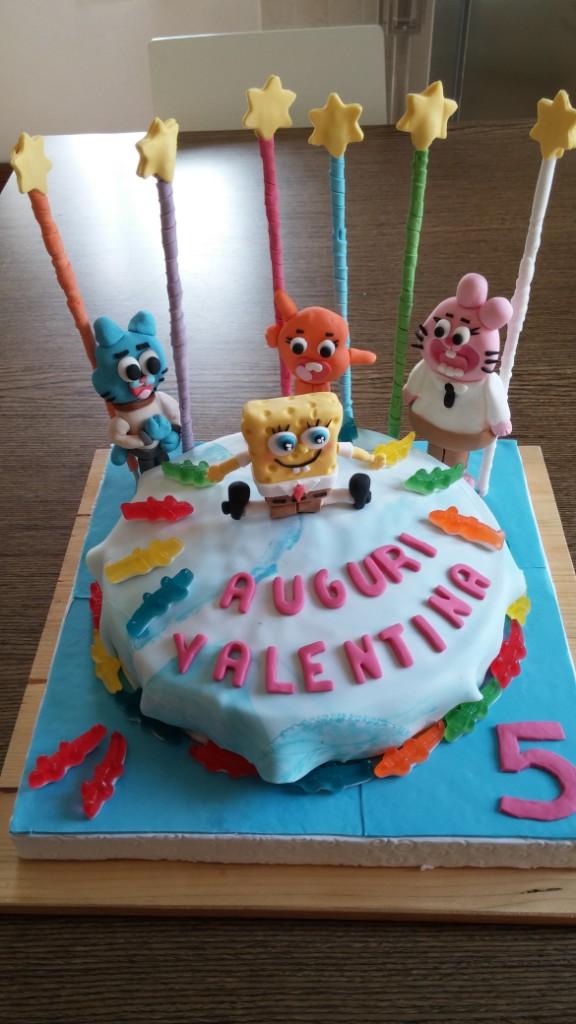 Torta di compleanno con i personaggi dei cartoni animati
