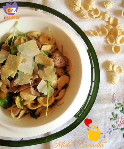 Orecchiette con salsiccia funghi rucola e parmigiano