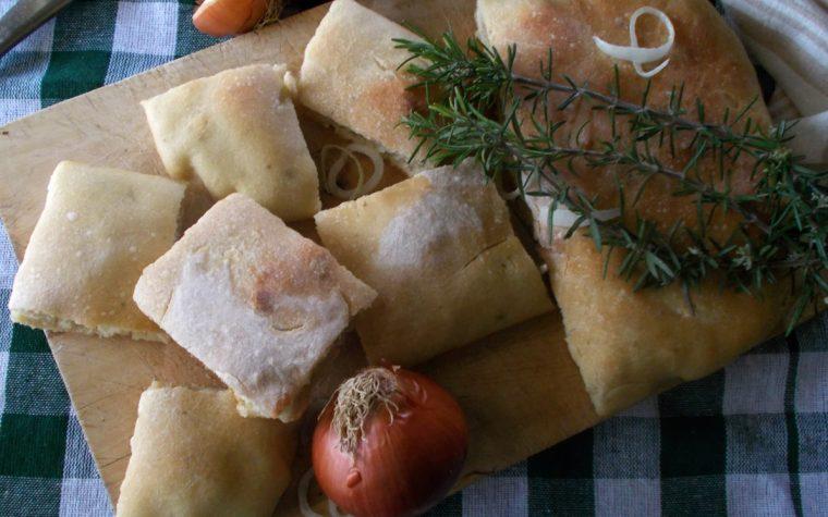 Schiacciata con rosmarino formaggio e cipolla