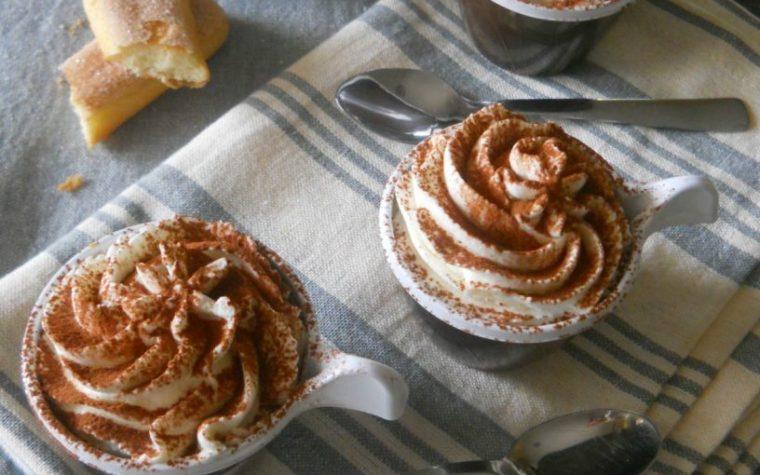 Coppette di tiramisù con crema al caffè e panna fresca