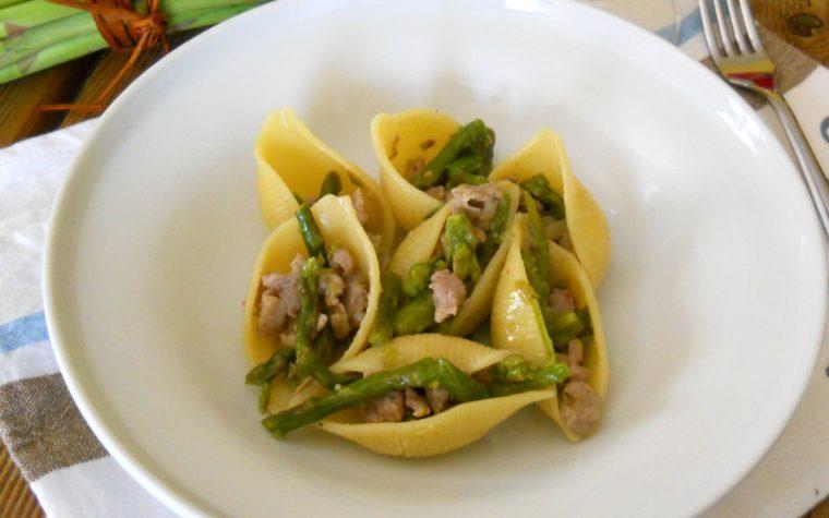 Conchiglioni con salsicce e asparagi