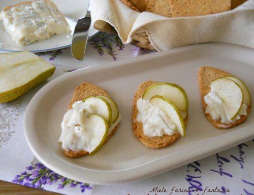 Crostini con pere e gorgonzola.Ricetta antipasto