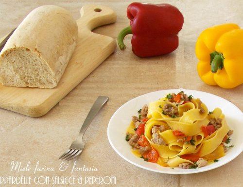 Pappardelle all'uovo con peperoni e salsicce