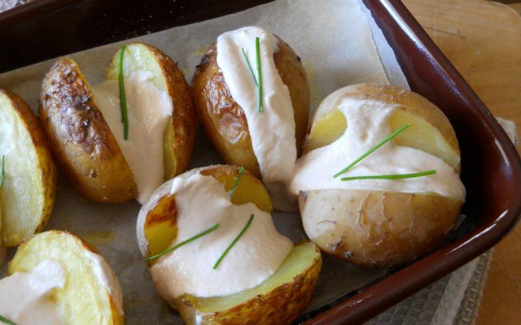 Patate al forno ripiene di crema di tonno e yogurt greco