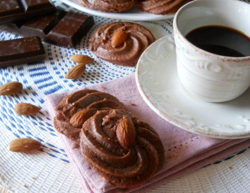 Biscotti da dessert al cioccolato senza uova e lievito.