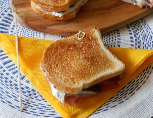 Tramezzini ripieni al forno con prosciutto mozzarella e funghi
