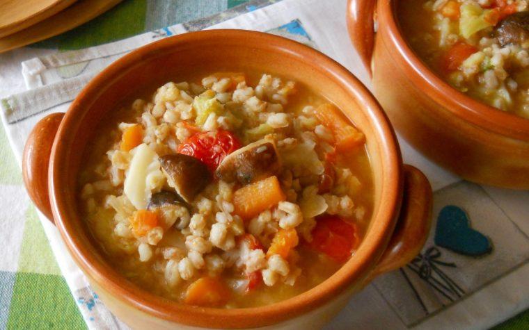 Zuppa di orzo perlato con funghi e verza