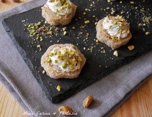 Mini tartine con crema di robiola e pistacchi