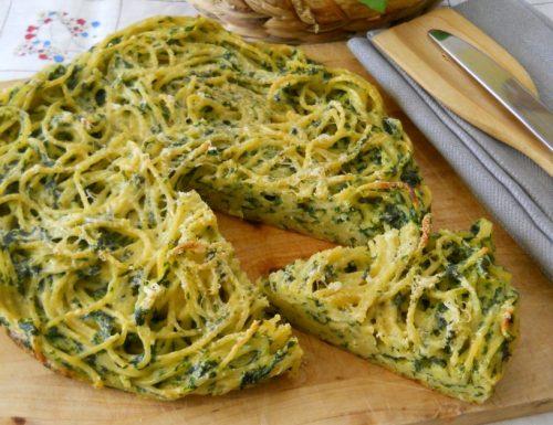 Pizza di spaghetti al forno con spinaci e ricotta