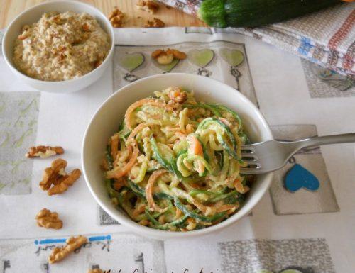 Spaghetti di zucchine e carote con crema di noci